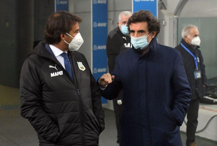 Urbano Cairo parla col presidente del Sassuolo, in mascherina
