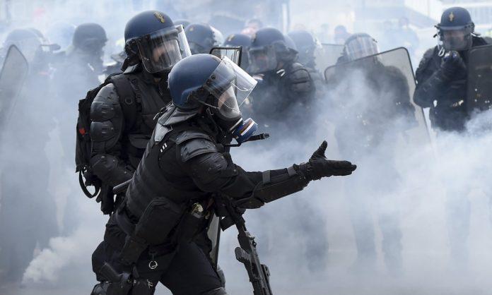 esempi polizia brutale
