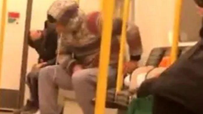Uomo sputa nella metro a Londra