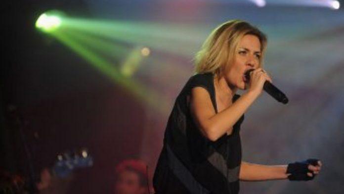 Irene Grandi durante un concerto