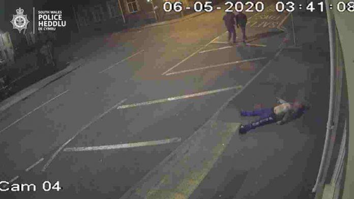 Teppisti aggrediscono brutalmente un uomo in strada e lo derubano lasciandolo mezzo morto