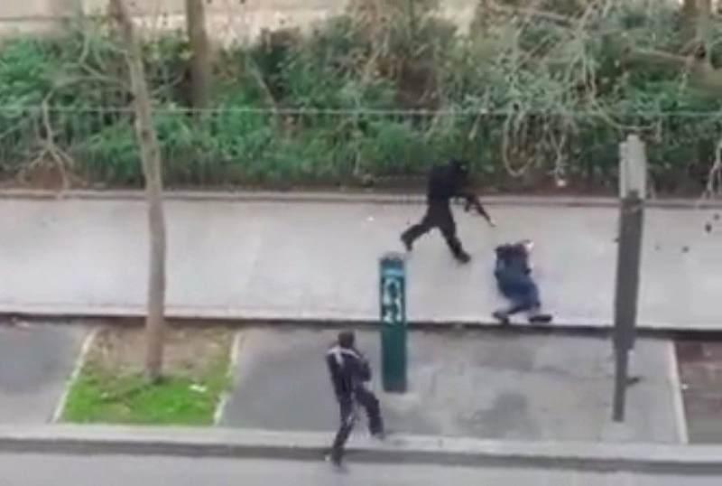 attentatori di charlie hebdo sparano poliziotto
