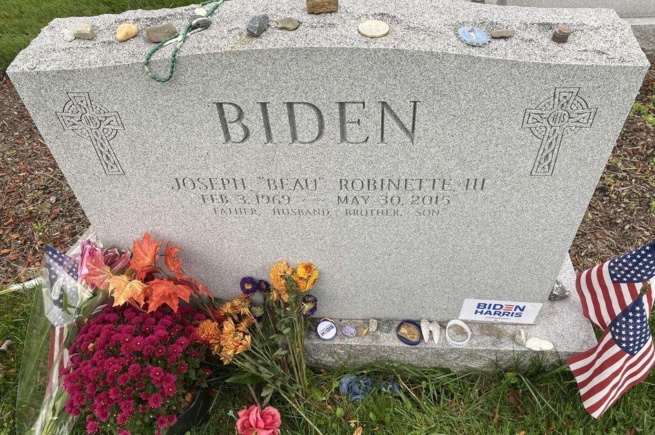 Emozione durante il giuramento di Biden: un uomo in uniforme si inginocchia davanti alla tomba del figlio Beau