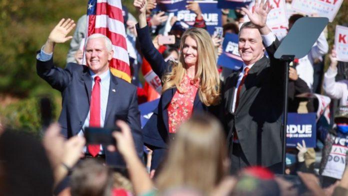 Il Vicepresidente Mike Pence (61), Kelly Loeffler (50) e David Perdue (71) a un comizio