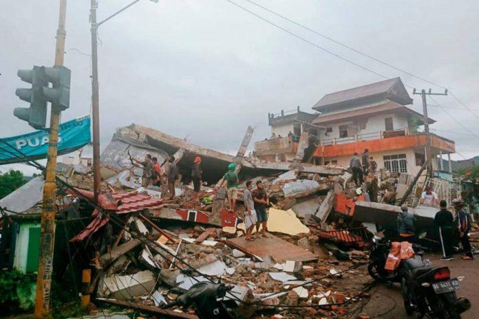 crolli edifici terremoto indonesia