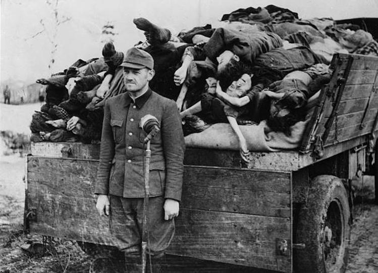 ufficiale SS corpi donne morte campo concentramento