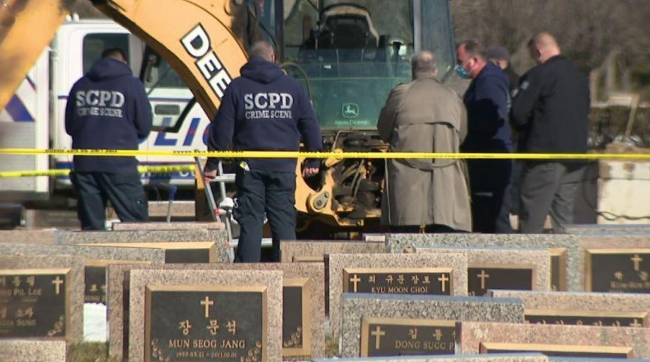 Orrore al cimitero, fossa collassa mentre la sta scavando: sepolto vivo