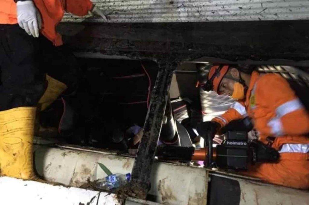 Soccorsi durante recupero corpi in Indonesia