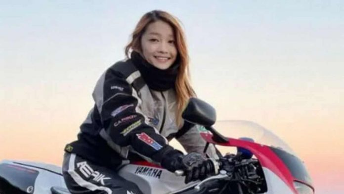 Motociclista fake donna