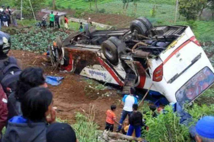 Autobus cade in burrone in Indonesia
