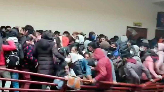 Bolivia, studenti muoiono crollo ringhiera