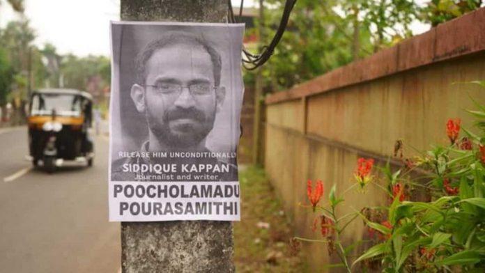 Un cartello a favore del giornalista indiano Kappan