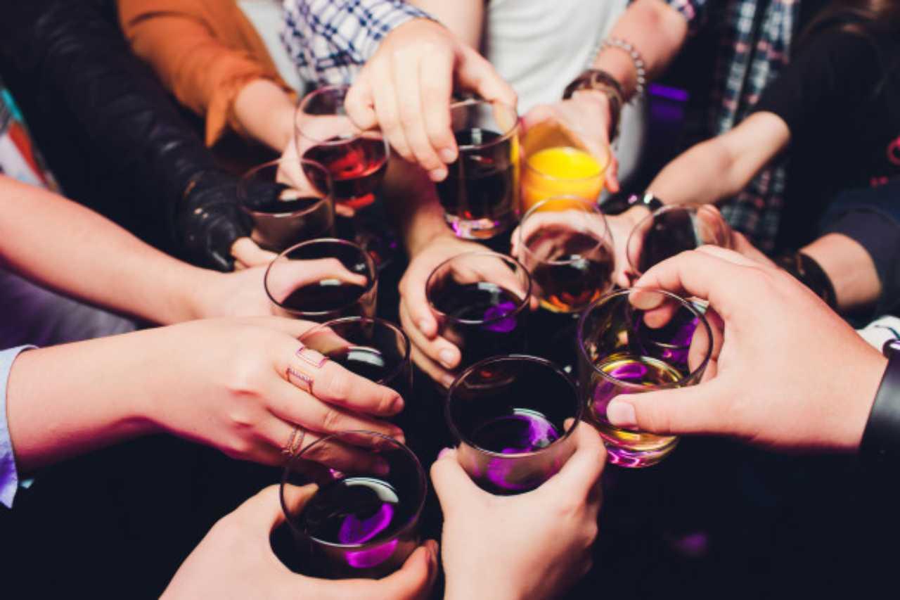 Festa d'iniziazione letale: studente di 19 anni muore durante un gioco alcolico