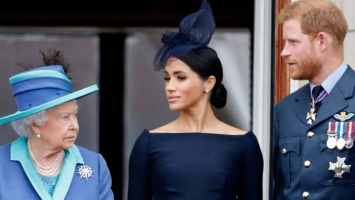 regina elisabetta guarda harry e meghan