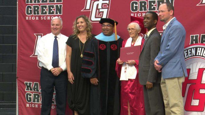 Grace Lee McClure prende il diploma