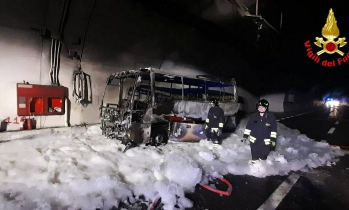 Lecco, autobus in fiamme.