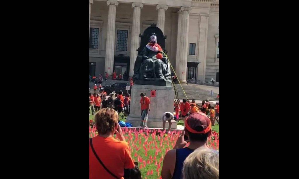 Abbattuta statua regina Elisabetta